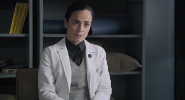 Dr Reyes (Alice Braga)